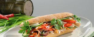 Die vietnamesische Kette bánh mì hat es nach Deutschland geschafft. Ab dem 25. Oktober gibt es in der Berliner Innenstadt vietnamesische Baguettespezialitäten zu verzehren. Foto: Cô Cô BÁNH MÌ DELI