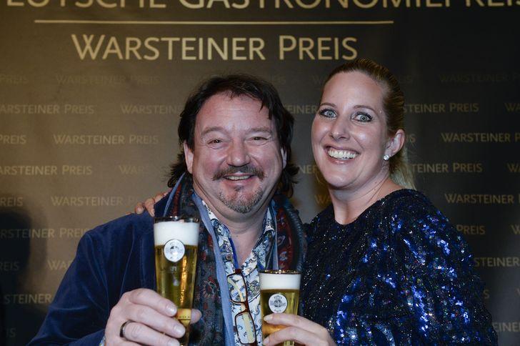 Kolja Kleeberg und Catharina Cramer, geschäftsführende Gesellschafterin der Warsteiner Gruppe, bei der Preisverleihung zum Deutschen Gastronomiepreis 2016. Foto: Warsteiner Brauerei