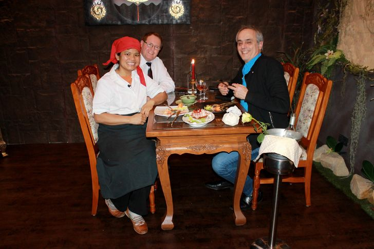 """Royal Thai"" in Horn-Bad Meinberg: (v.l.) Janree Biere, Andreas Biere, Restaurant-Tester Christian Rach. Foto: RTL"