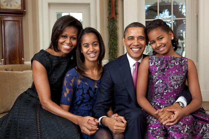 """Da staunten die Obamas nicht schlecht: In einem Restaurant in New York wurde die Kreditkarte des US-Präsidenten nicht akzeptiert. Foto: Pete Souza [Public domain], <a href=""""https://commons.wikimedia.org/wiki/File%3ABarack_Obama_family_portrait_2011.jpg"""">via Wikimedia Commons</a>"""