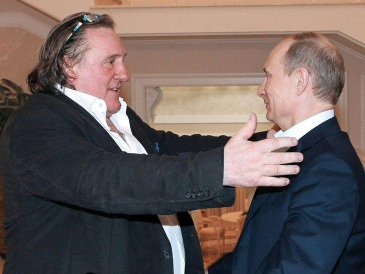 """Gérard Depardieu trifft Wladimir Putin am 6. Januar 2013 in Sotschi. Foto: <a rel=""""nofollow"""" class=""""external text"""" href=""""http://www.kremlin.ru"""">Kremlin.ru</a> [<a href=""""http://creativecommons.org/licenses/by/3.0"""">CC BY 3.0</a> or <a href=""""http://creativecommons.org/licenses/by/4.0"""">CC BY 4.0</a>], <a href=""""https://commons.wikimedia.org/wiki/File%3AG%C3%A9rard_Depardieu_and_Vladimir_Putin%2C_Sochi%2C_Russia%2C_2013-01-06_1.jpeg"""">via Wikimedia Commons</a>"""