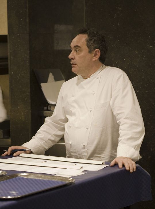 "Foto: By Charles Haynes from Bangalore, India (Ferran Adrià) [<a href=""http://creativecommons.org/licenses/by-sa/2.0"">CC BY-SA 2.0</a>], <a href=""https://commons.wikimedia.org/wiki/File%3AFerran_Adri%C3%A0_a_El_Bulli.jpg"">via Wikimedia Commons</a>"