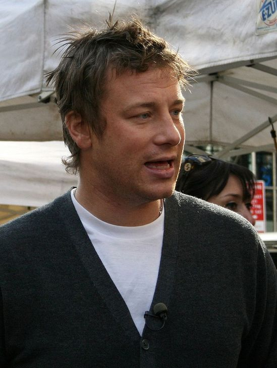 "Jamie Oliver. Foto: By really short from NYC, USA (Jamie Oliver in Union Square) [<a href=""http://creativecommons.org/licenses/by/2.0"">CC BY 2.0</a>], <a href=""https://commons.wikimedia.org/wiki/File%3AJamie_Oliver_retouched.jpg"">via Wikimedia Commons</a>"