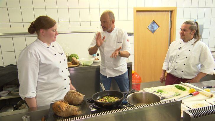 """Um das Gasthaus """"Kleineschle"""" zu retten, macht Frank Rosin (M.) klare Ansagen in der Küche. Doch wird dies helfen, damit mehr Gäste kommen? Foto: © kabel eins"""
