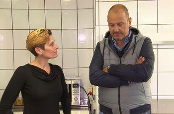"""Wird Sternekoch Frank Rosin (r.) Diana Dehner (l.) und ihrem Gasthaus """"Kleineschle"""" helfen können? Denn der gelernten Betriebswirtin fehlt es nicht nur an Selbstwertgefühl, sondern auch an jeglichen gastronomischen Kenntnissen. Foto: © kabel eins"""