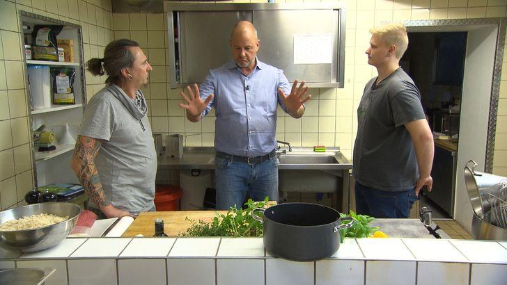 In der Küche herrscht immer eine explosive Stimmung. Hat Frank Rosin (M.) überhaupt eine Chance etwas zu verändern, wenn sich Koch Kai (l.) und Jung-Koch Pascal (r.) beinahe die Köpfe einschlagen? Foto: © kabel eins