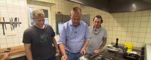Kann Frank Rosin (M.) zwischen Kai (r.) und seinem Jung-Koch Pascal (l.) vermitteln? Foto: © kabel eins