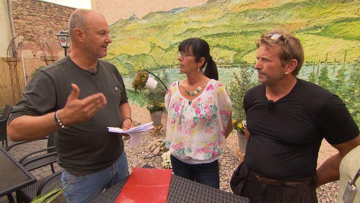 In der Eifel betreibt Lydia Aghegyi (M.) ein Gasthaus, dem die Gäste fehlen. Frank Rosin (l.) spannt auch ihren Mann Michael (r.) mit ein, in der Hoffnung, mit vereinten Kräften das Restaurant zu retten... Foto: © kabel eins
