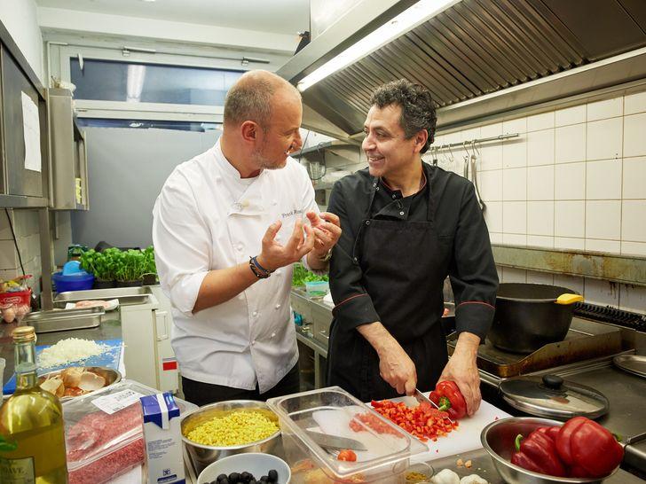 """Sternekoch Frank Rosin (l.) steht Carlos Mauricio Palma (r.) vor allem in der Küche zur Seite: Das """"Wulaia"""" steht kurz vor dem Aus. Foto: © kabel eins, Guido Engels"""