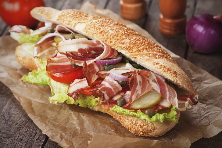 """Die sogenannten """"submarine sandwiches"""", die aufgrund ihrer Form so genannt werden, gaben den Impuls für den Namen """"Subway"""". """"Submarine"""" ist englisch und steht für """"U-Boot""""."""
