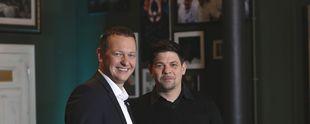 Tim Mälzer (r.) und AIDA-Präsident Felix Eichhorn. Foto: obs/AIDA Cruises