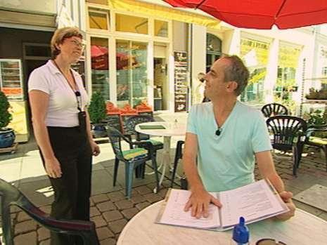 """Im Jahre 2008 wurde das Restaurant Eis-Heidi in Güstrow von der Sendung «Rach, der Restauranttester» umgekrempelt. Wo damals viele Unklarheiten herrschten, steht heute ein klares Konzept im Mittelpunkt. Das neu entstandene Konzept trägt den Namen """"Markt 7"""" und zieht massenhaft Publikum in die schöne Stadt in Mecklenburg-Vorpommern. Foto: RTL"""