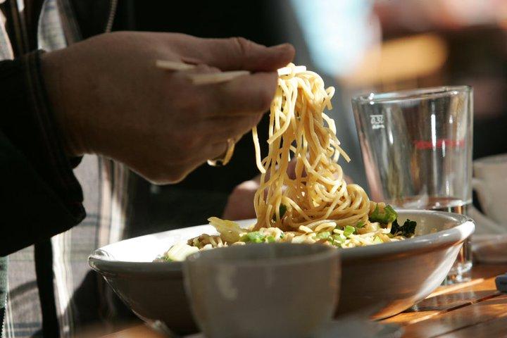 Grundlage der MoschMosch-Speisen sind Ramen: Asiatische Weizennudeln, wie sie in Japan an jeder Ecke als Fastfood zu haben sind. Kombiniert werden sie mit verschiedenen Brühen und Einlagen. Foto: © Mosch Mosch