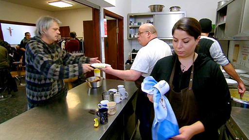 Am Ende einer Sendung, in der Christian Rach seinen Schülern zeigen wollte, wie hart das Geschäft sein kann, verteilten die Kandidaten Kartoffelsuppe an Obdachlose.  Foto: RTL